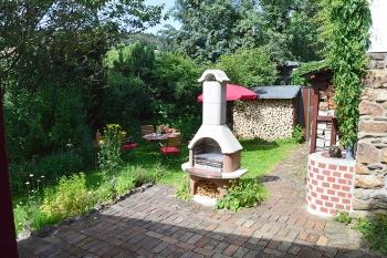 Der Garten mit Grillkamin