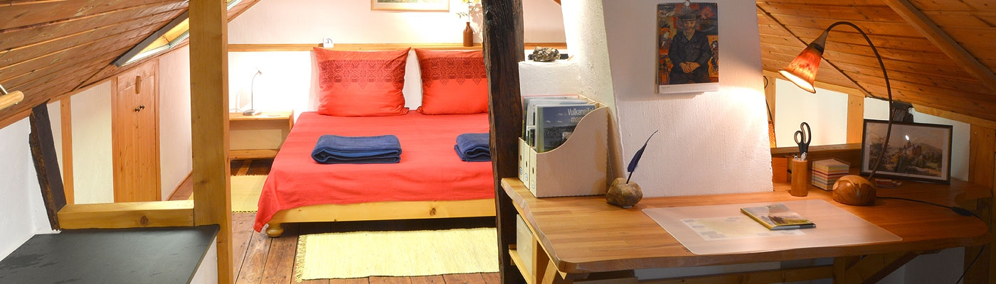 Dachzimmer mit Schreibtisch